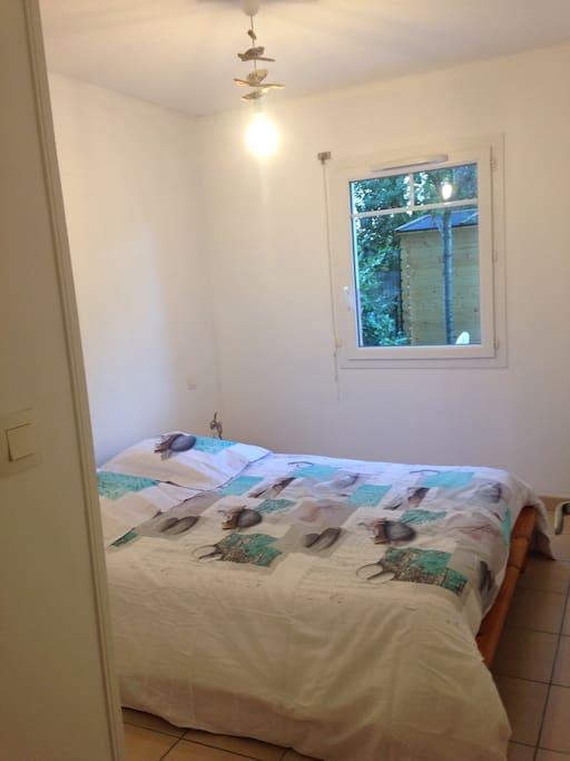 Une chambre indépendante avec deux couchages une tv placard de rangement linge de lit fourni