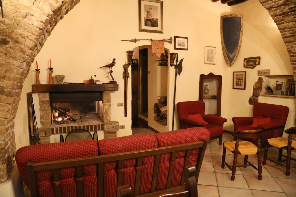 Il salottino con il camino bifacciale. The living room with a double sided fireplace