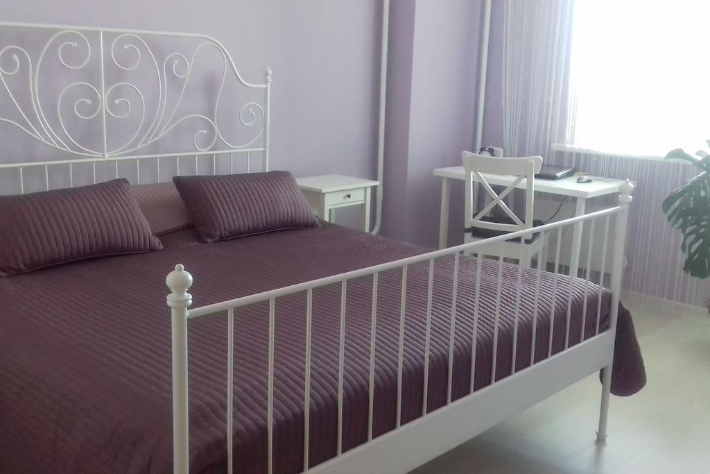 В светлой спальне двуспальная кровать шириной 180см, просторный гардероб, рабочее место, wifi. Большой балкон с видом на Волгу.