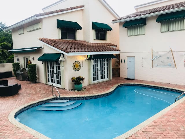 Spacious Home w/pool on Golf Course.