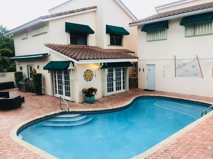 Spacious, Vacation Home w/pool on Golf Course.