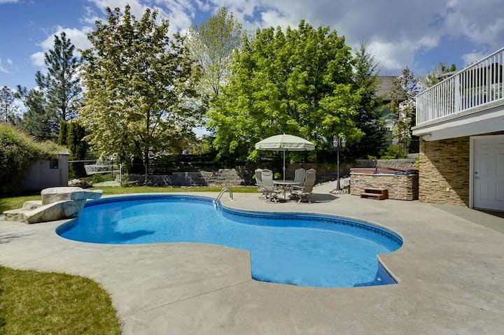 Kelowna Family Staycation-Private Pool & Hot Tub!