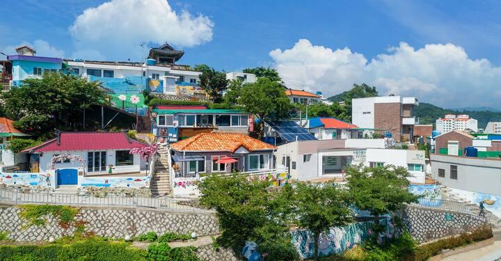 통영의 나폴리라 불리는 동피랑(동쪽의 언덕마을) 벽화마을(관광지) 중심에 위치한 멋진 숙소