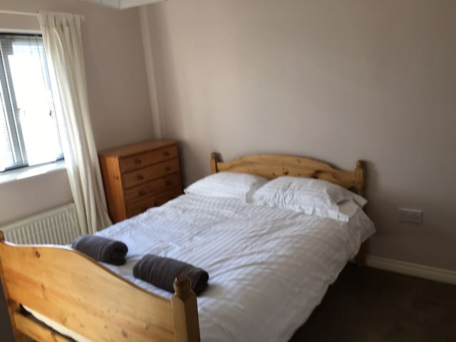 Double Bedroom in 3 Bed House - Swindon - Casa
