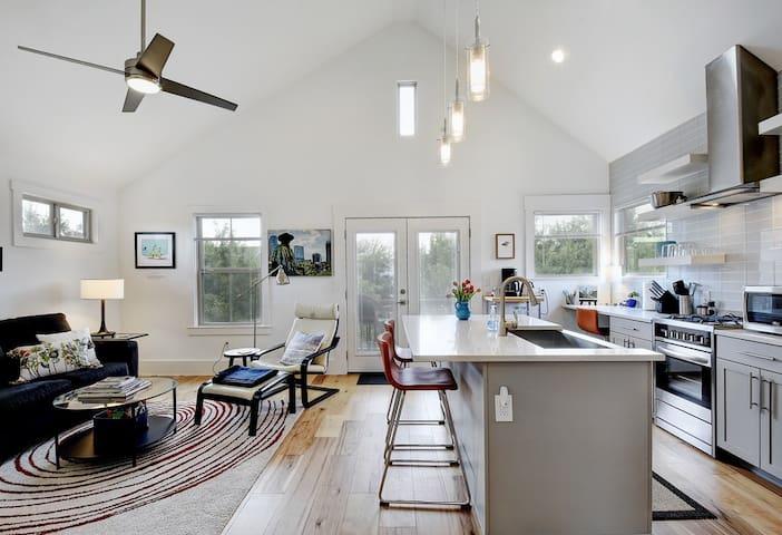 Stylish Loft in Vibrant Neighborhood by UT Austin!