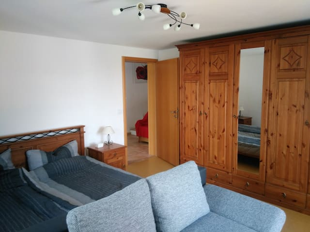 Zimmer mit Balkon und TV (ws)