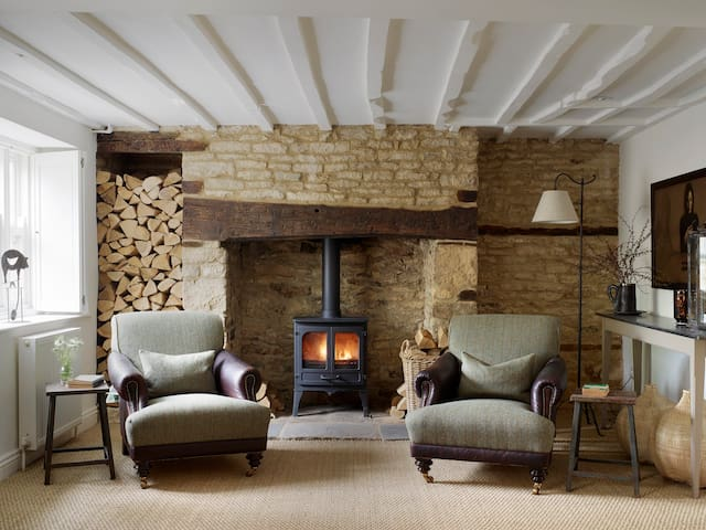 Captivating, magical cottage in stunning cotswolds