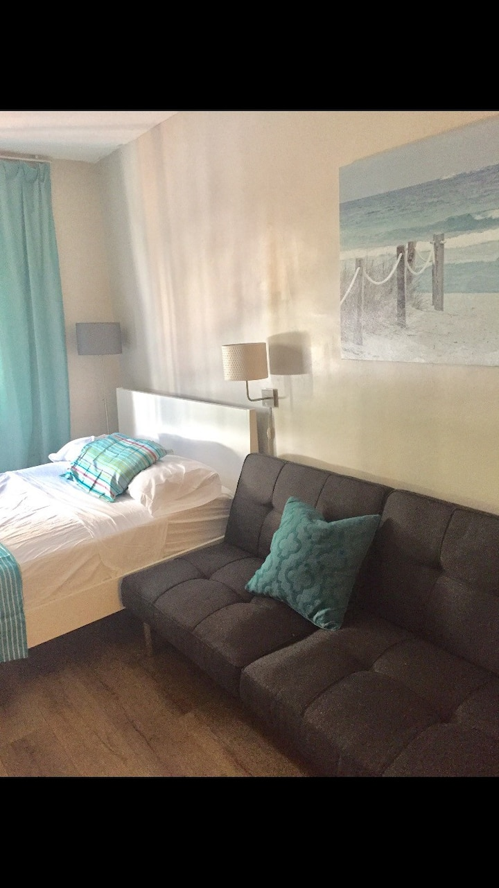 Comfy private studio next to the beach! Location