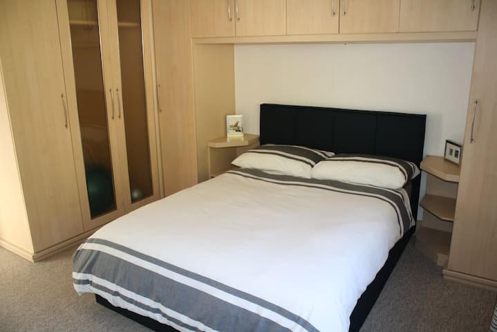 Dbl bed, private room, en-suite, b'fast, parking
