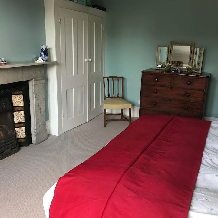 Victorian family house, double room with ensuite.