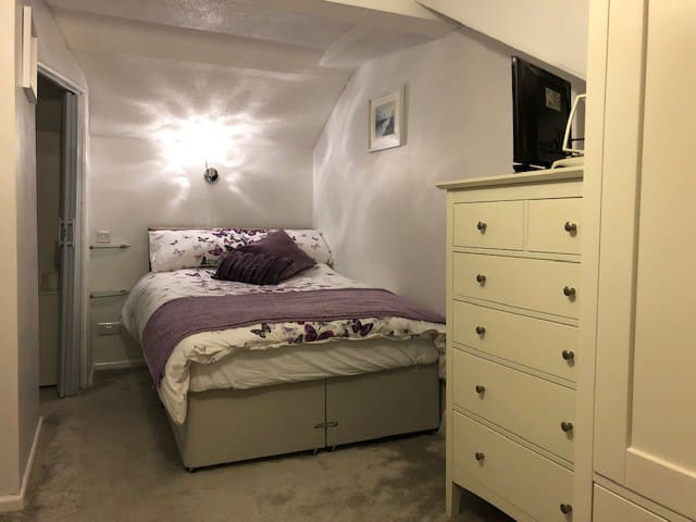 Truro en-suite double/very close to hospital
