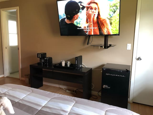 """55 """" tv ,coffee maker ,toaster, refrigerator,coffee cups and glasses"""