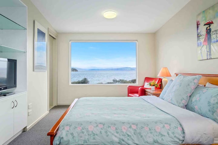MANFIELD SEASIDE BRUNY ISLAND - WATERFRONT HOUSE