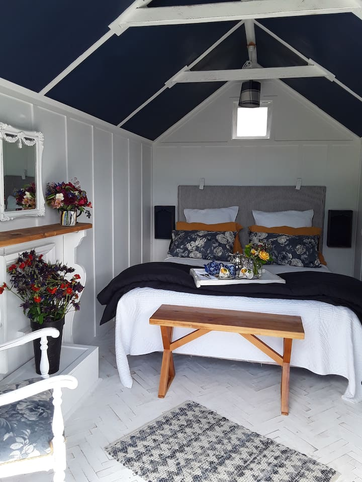 TINY HOUSE ACCOMMODATION SINGLE ROOM ,APPLIQUE FLOORING ,FRENCH LINEN ,COMPLIMENTARY ESPRESSO COFFEE OR TEA ON ARRIVAL