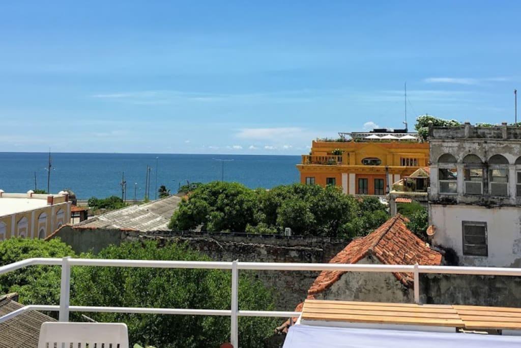 vista desde la terraza, centro amurallado, al fondo el mar