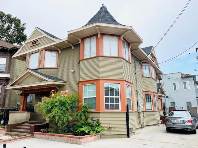 Stay in our friendly house! Best location of DT LA