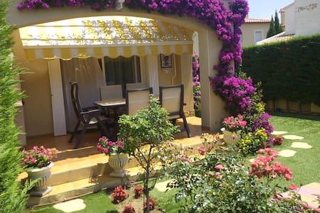 BONITA  CASA  CON  UN  PRECIOSO  JARDÍN  150 M2 - Miami Platja - House