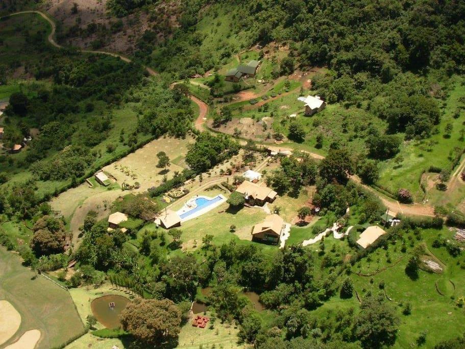 Chale localizado no topo da Chácara /Compartilhamento de piscina/academia/salão de jogos/quiosque etc