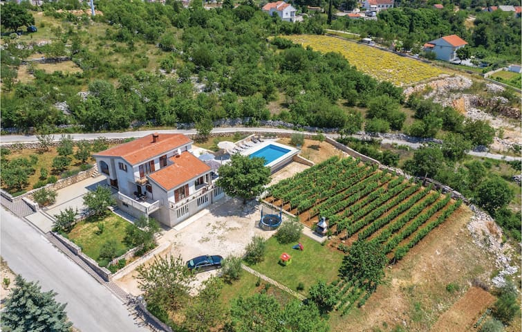 Holiday cottage with 5 bedrooms on 185m² in Imotski