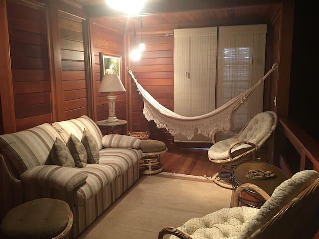 Sala íntima com sofá cama