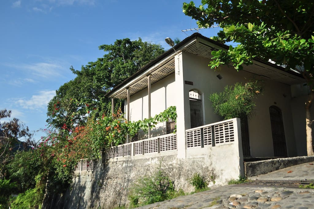 Vista desde la calle / View of the house from the street