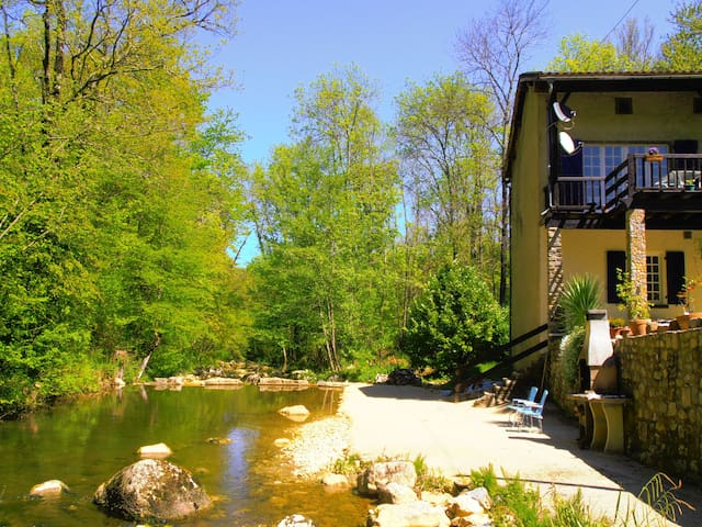 Riverside Gite with great outdoor - Puivert - Appartement