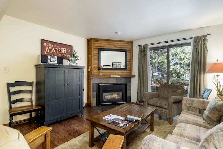 Lovable condo w/ shared pool, hot tubs, sauna, clubhouse, & winter shuttle