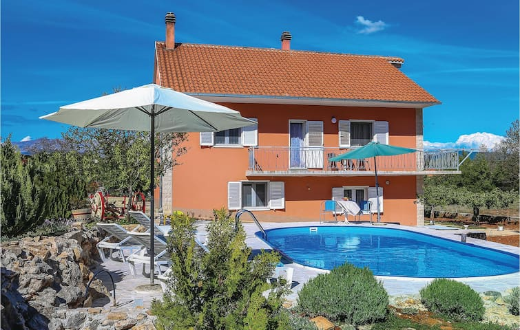 Holiday apartment with 3 bedrooms on 85 m² in Vojnic Sinjski
