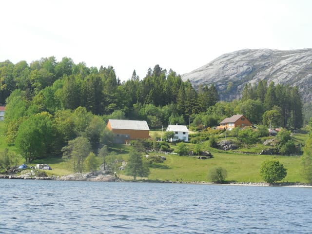 Authentic Norwegian countryside by the fjord. - Vindafjord - Rumah