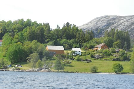Authentic Norwegian countryside by the fjord. - Vindafjord - Casa