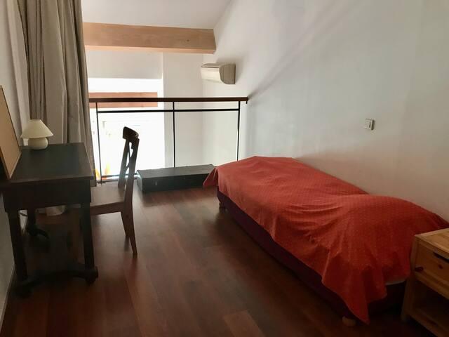 Chambre en mezzanine avec 2 lits et coin bureau