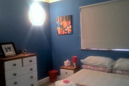 Large modern central room - 2 mins from Greenway - Dungarvan - 小平房