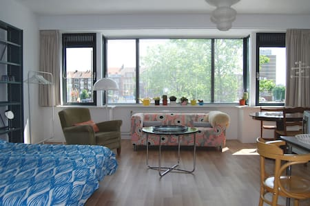 Room with panoramic waterfront view - Rotterdam