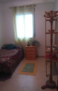 Single Room. Terrace and Wifi - Sevilla
