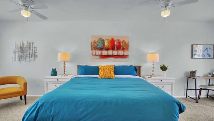 ★Warm Fireplace, Mountain Views + Comfy Beds★