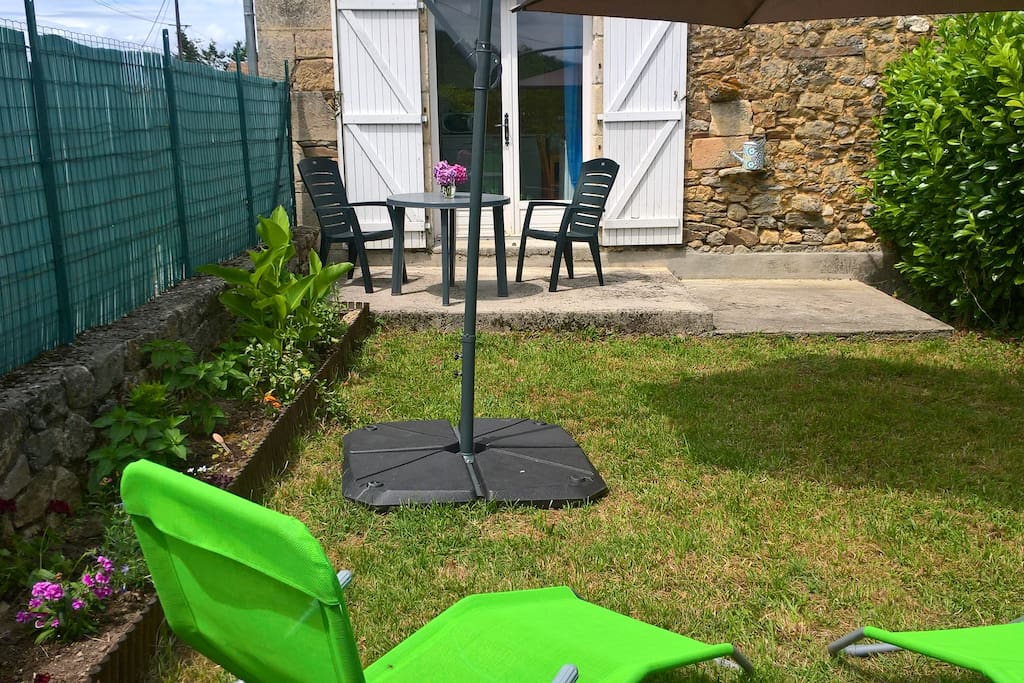 Jardinet et terrasse vue 2