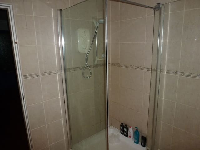 GUESTS PRIVATE BATHROOM & SHOWER
