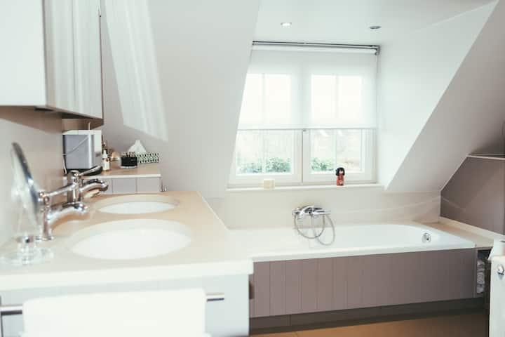 Warme stijlvol ingerichte kamer, huiselijke sfeer