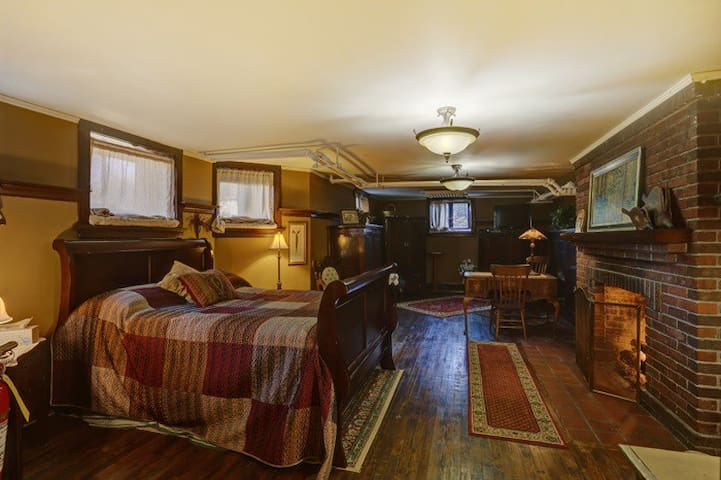 Everest Inn Bed and Breakfast (Yawkey Suite)