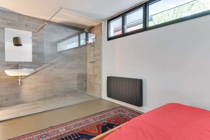 Une chambre paisible dans une maison