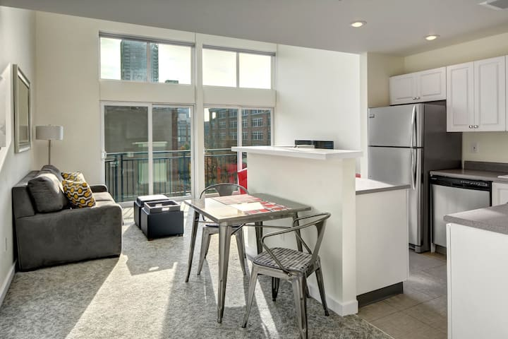 Lovely downtown penthouse w/shared hot tub, sauna, and swimming pool!