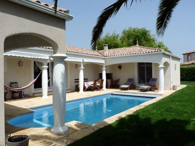 Villa contemporaine, piscine à 27° - Creissan - วิลล่า