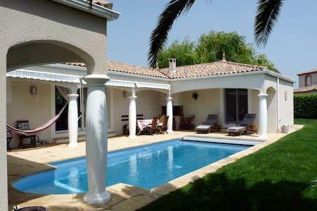 Villa contemporaine, piscine à 27° - Creissan - Casa de camp