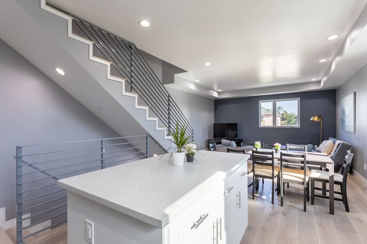 Luxurious & Modern 4BR in a Great Location