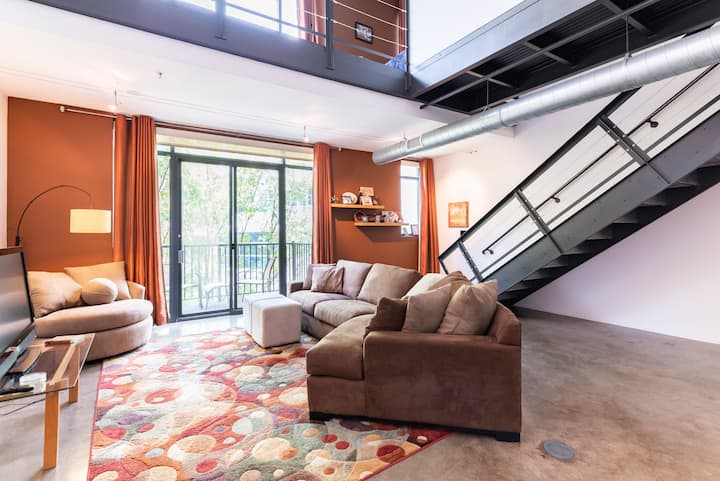 Downtown Loft, Close to Attractions, Gated Parking