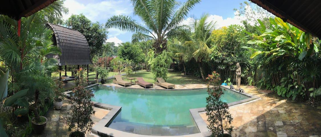 Unique Artist Garden Villa Perfect for Families