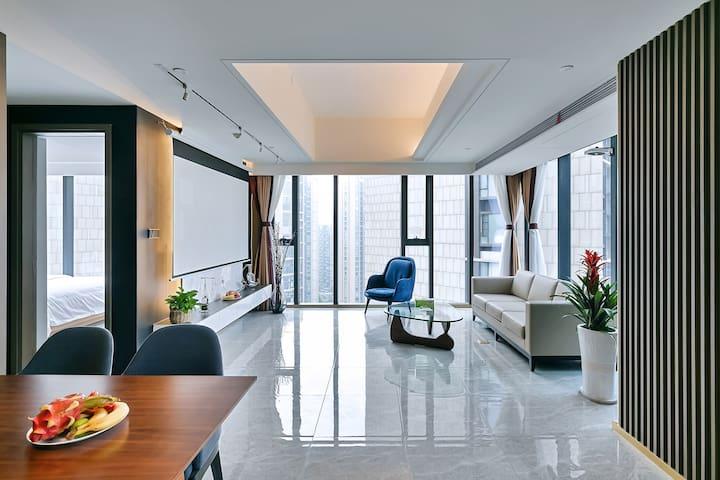 带全景大落地窗的客厅,面积约有30多平米