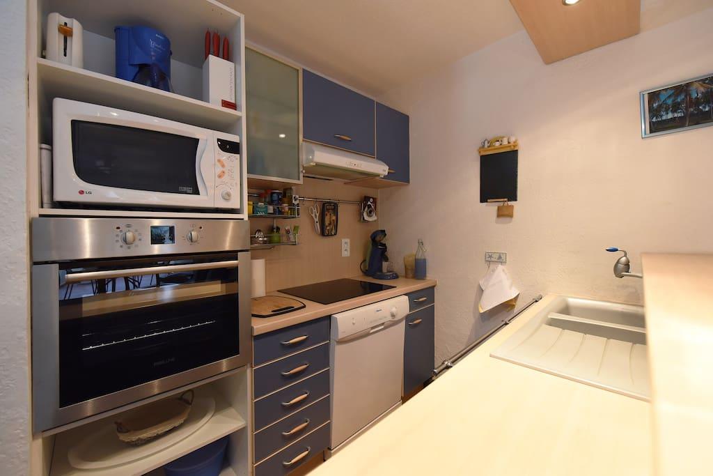 La cuisine équipée (four, lave-vaisselle, micro-ondes, plaques de cuisson...)