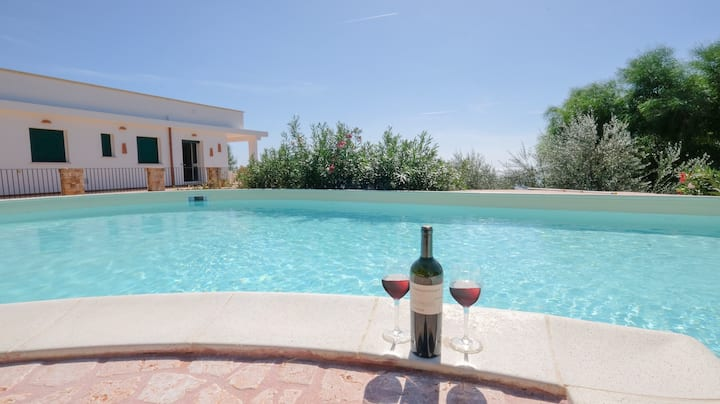 Holiday Apartment with Wi-Fi, Air Conditioning, Balcony and Pool; Parking available