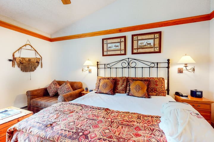 Charming 4th-floor studio w/shared pool & hot tub/game room - near ski lifts!